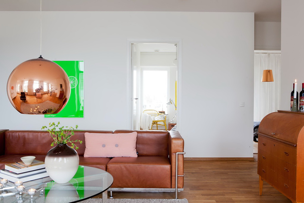 Подвесной светильник медного цвета в гостиной
