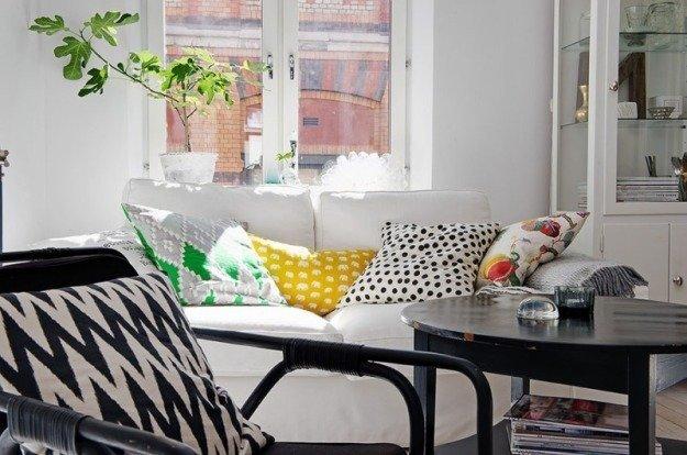 Гостиная небольшой квартиры в Стокгольме