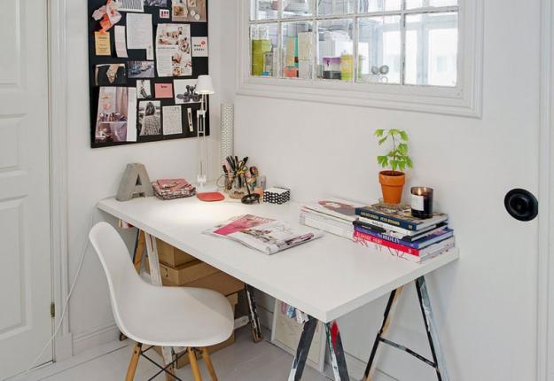 Рабочий уголок небольшой квартиры в Стокгольме
