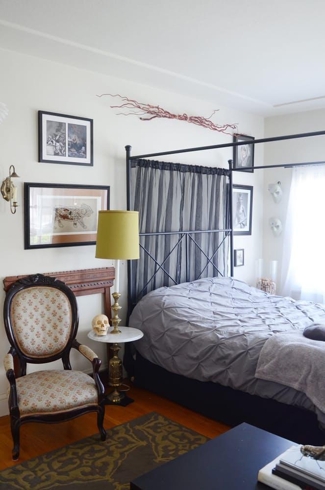 Интерьер спальни в викторианском стиле