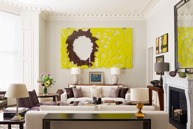 Светлая гостиная с камином и ярко-желтым панно