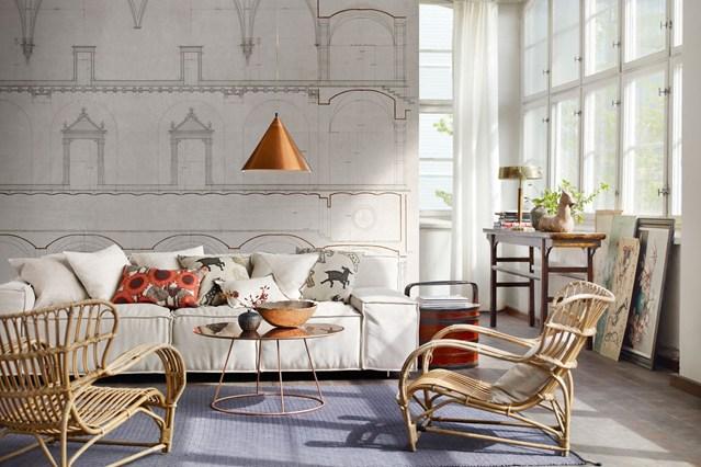 Современная гостиная в светлых тонах с плетеными креслами