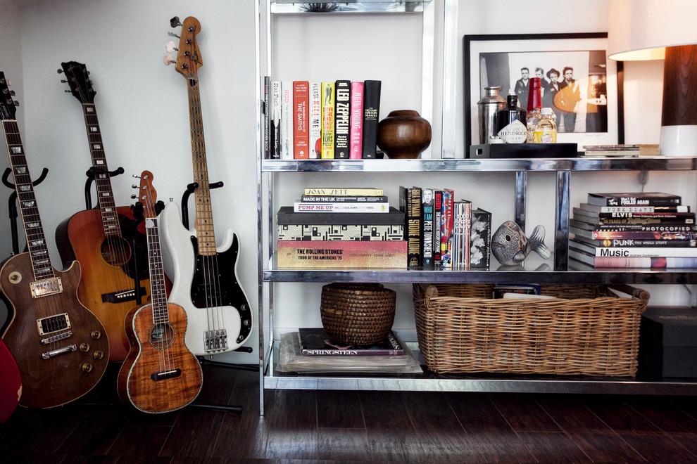 Коллекция гитар в гараже