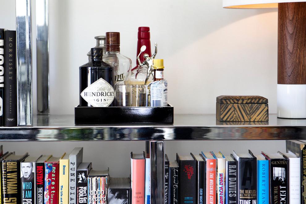 Стеллаж с книгами и переносным баром
