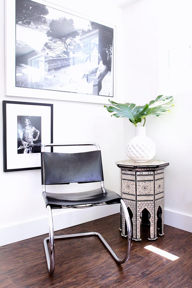 Винтажный стул в интерьере гаража