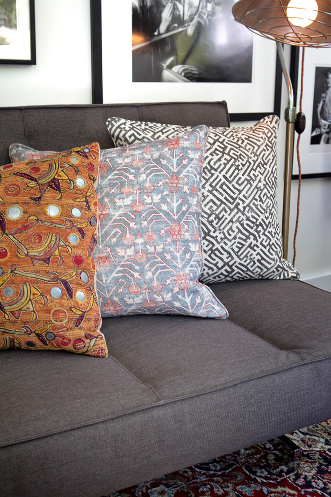 Модные подушки на сером диване