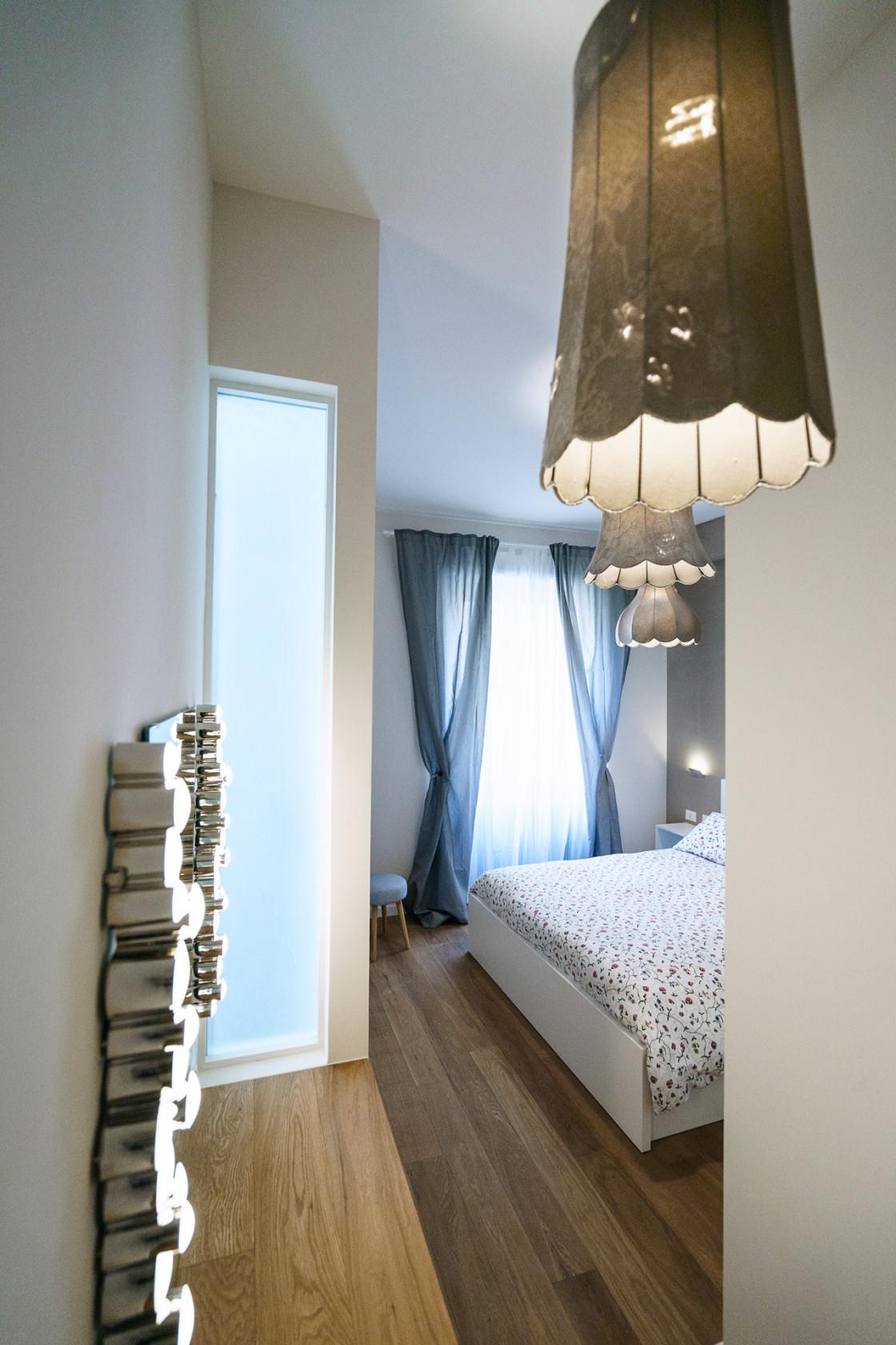 Небольшая спальня в светлых тонах