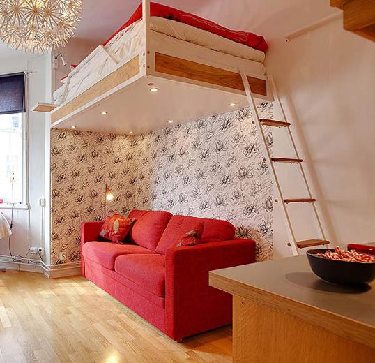 Спальня в гостиной с красными акцентами