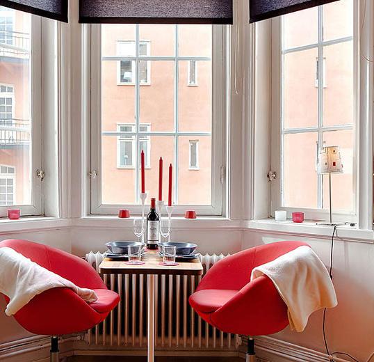 Интерьер столовой с красными акцентами