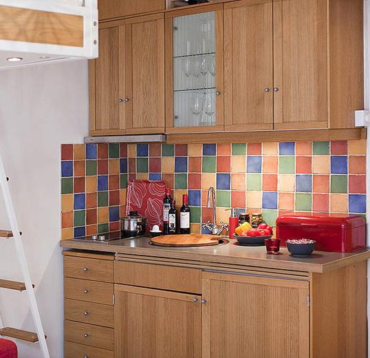 Интерьер кухни с красными акцентами