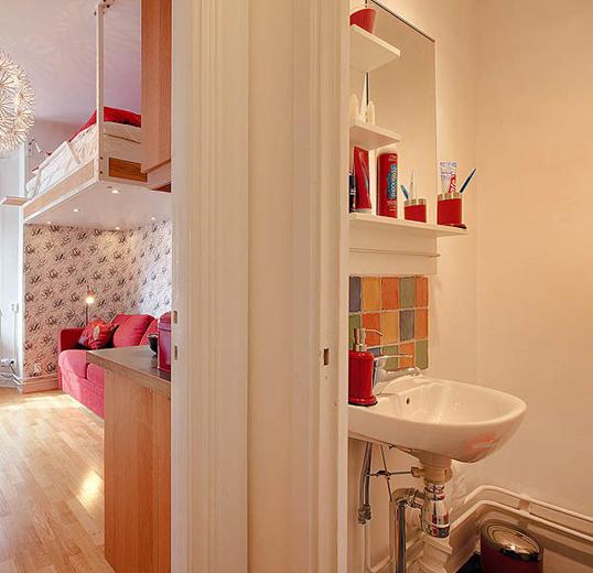 Интерьер ванной с красными акцентами
