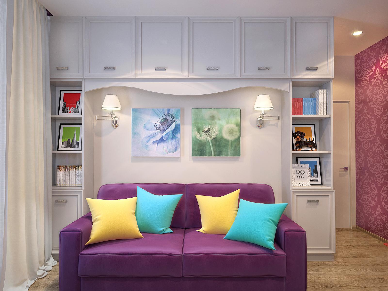 Удобный фиолетовые диван с яркими подушками