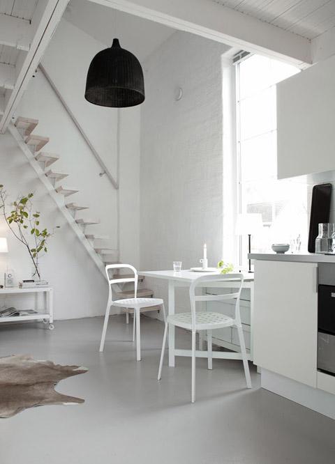 Маленькая двухуровневая квартира в белом цвете