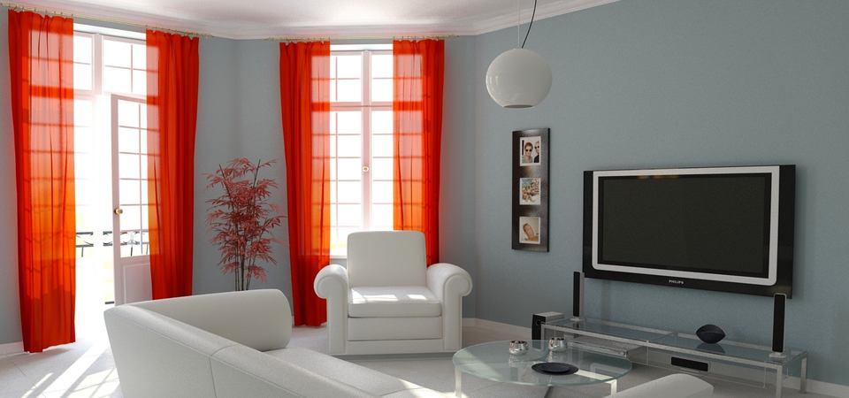 Яркие шторы в светлой гостиной