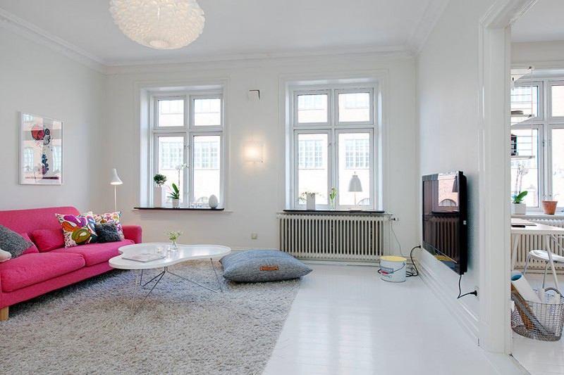 Яркий диван в белой гостиной