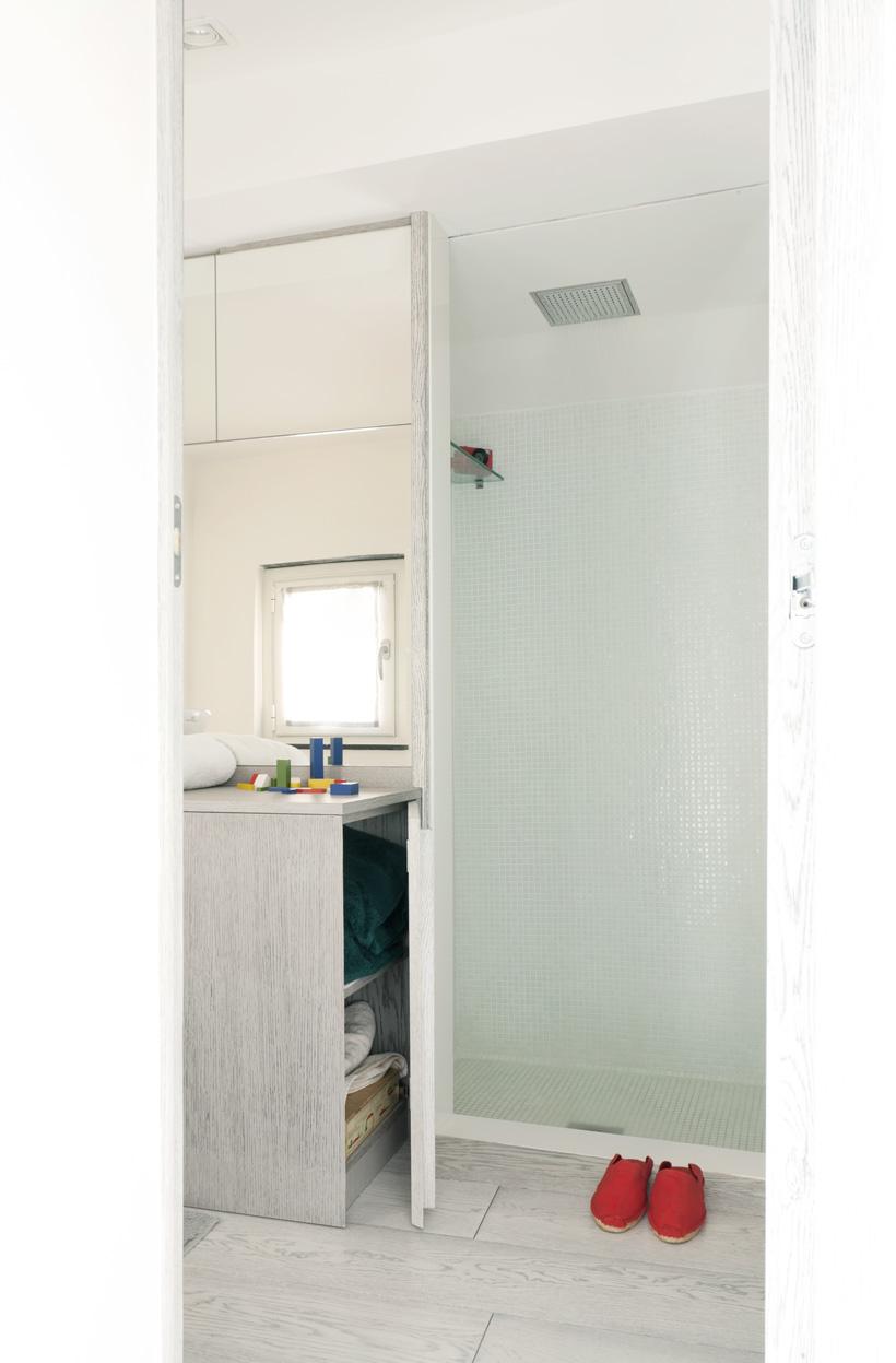Ванная маленькой квартиры-студии