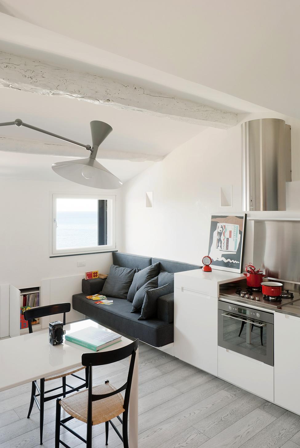 Гостиная и кухня маленькой квартиры-студии