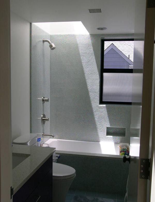 Встроенный душ в маленькой ванной