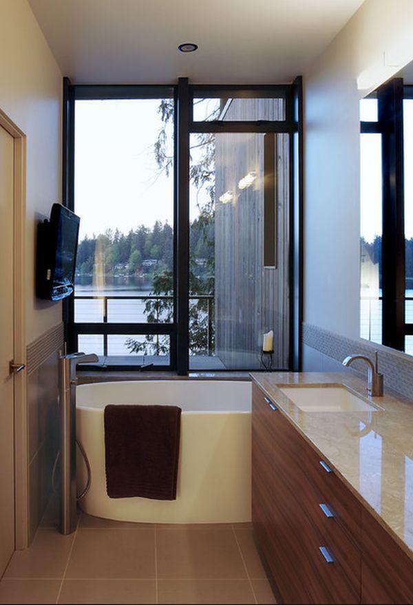 Маленькая ванна у окна