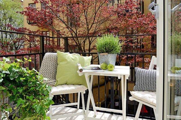 Складная мебель на маленьком балконе