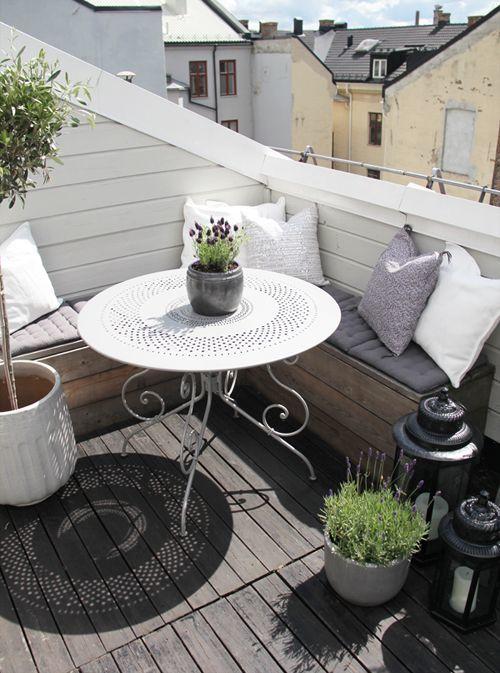 Мягкий уголок на маленьком балконе