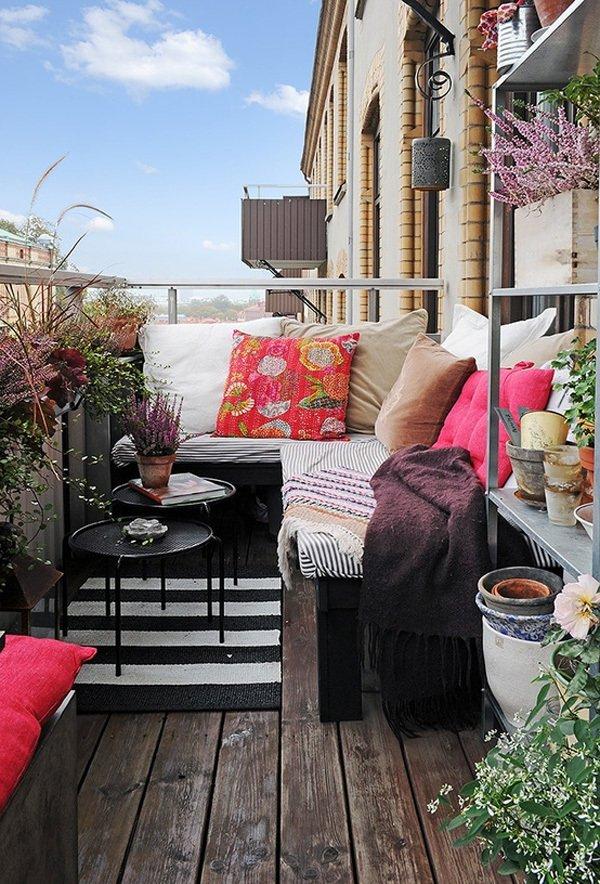 Небольшая галерея на маленьком балконе