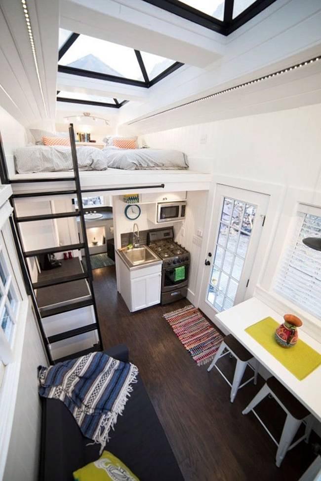Маленький дачный дом. Кухня L-образной формы делится на рабочую область и зону мойки с плитой