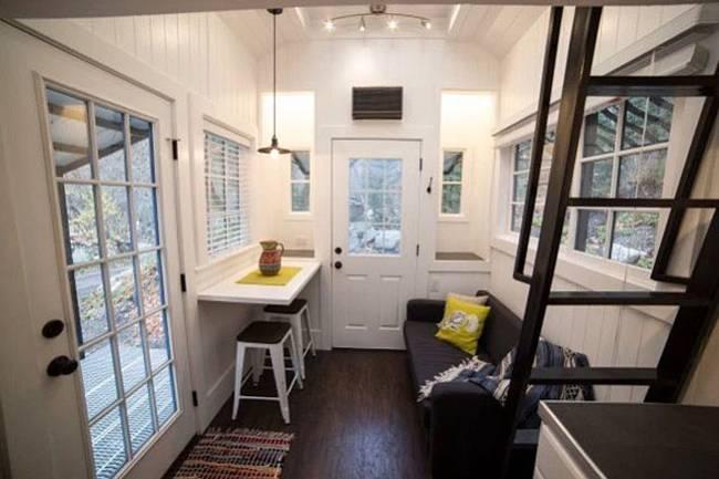 Маленький дачный дом. Большую часть стен занимают окна