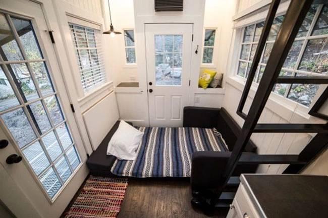 Маленький дачный дом. Так комната выглядит с разложенным диваном