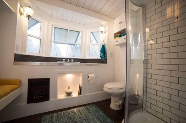 Маленький дачный дом. Неожиданно просторная ванная, здесь тоже есть окно