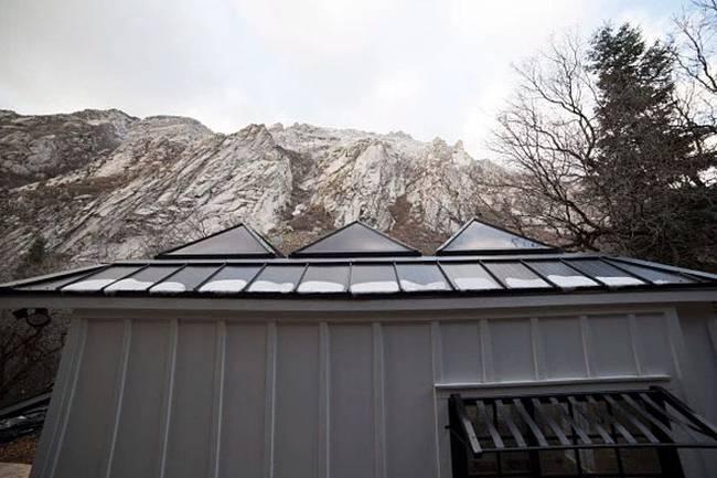 Маленький дачный дом. Так выглядит крыша снаружи