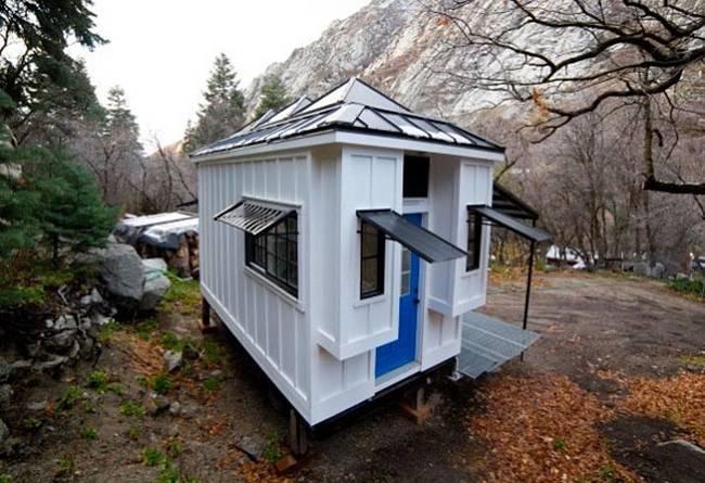 Маленький дачный дом. Замечательный маленький дачный дом в парке не один, недалеко есть другие
