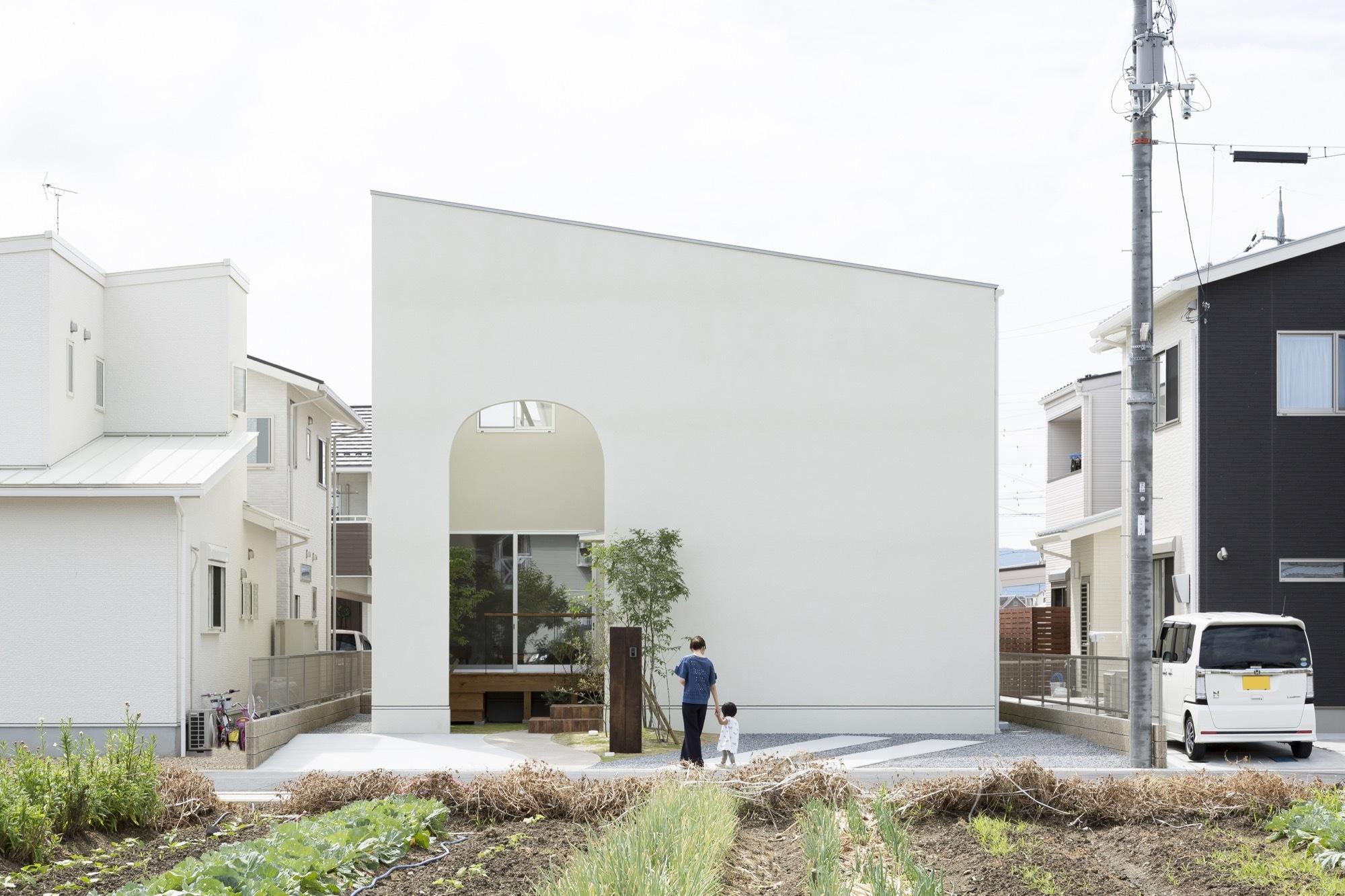 Маленький дом с арками в Японии