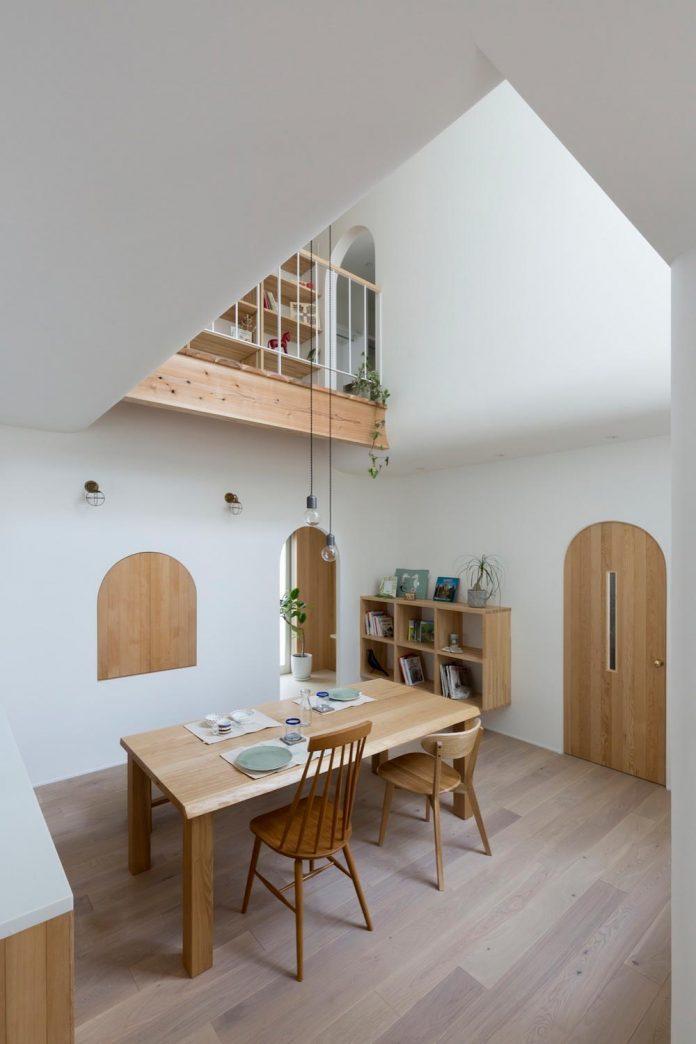 Столовая в маленьком доме с арками