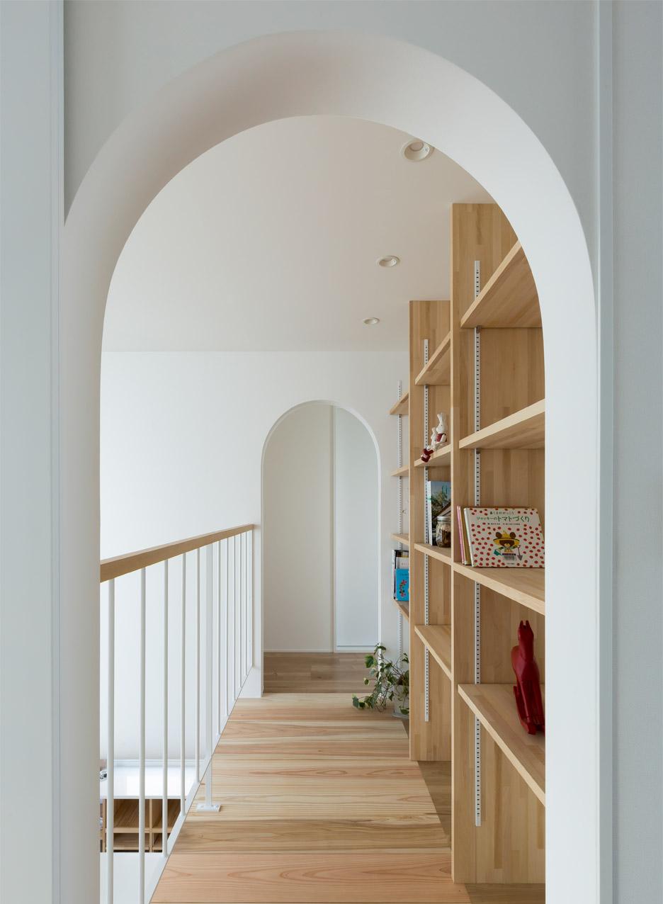 Арки на втором этаже маленького дома