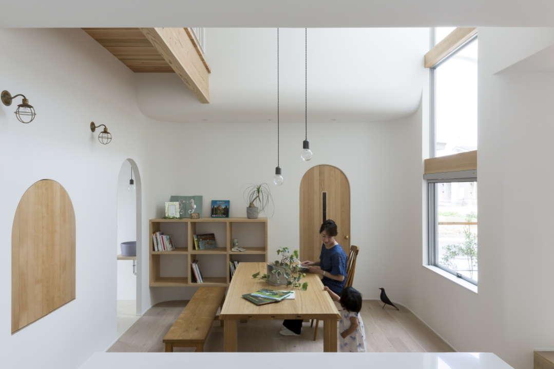 Маленький дом с арками и высокими потолками