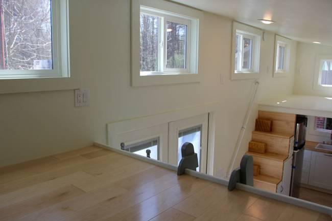 Окна в интерьере дома с маленькой кухней