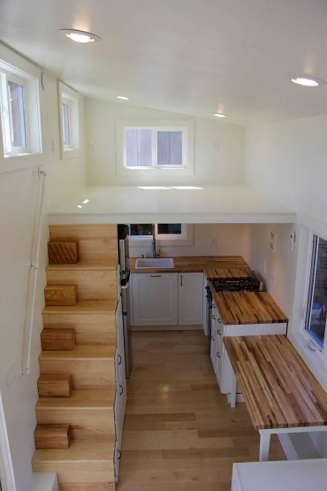 Маленькая кухня в двухэтажном доме