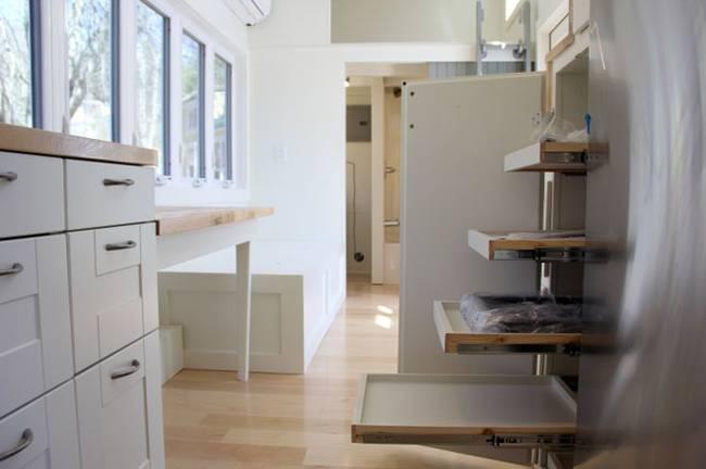 Тумба с выдвижными полками на маленькой кухне