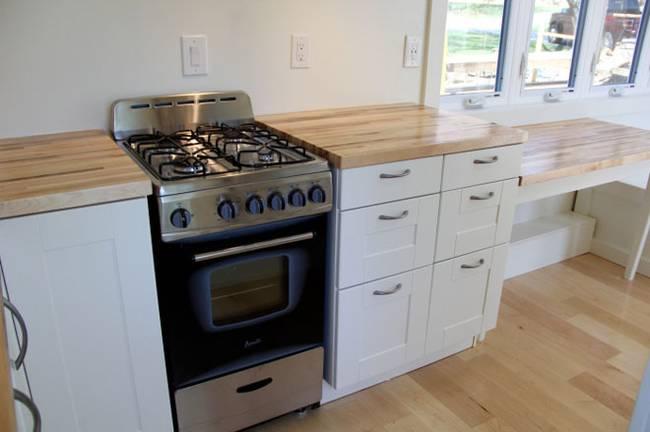Холодильник цвета металлик в интерьере маленькой кухни