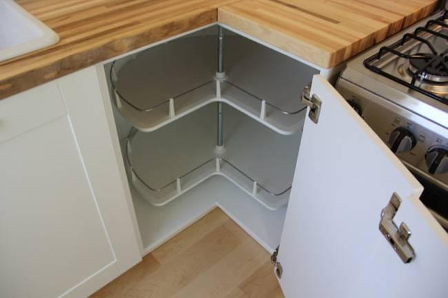 Угловой шкаф на маленькой кухне
