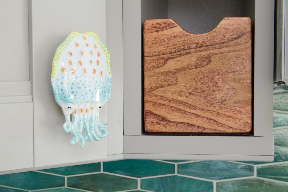 Дверная ручка в виде кальмара на кухне