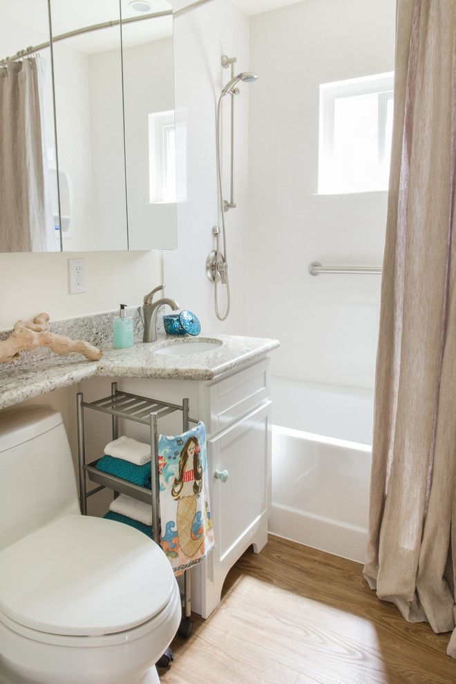 Интерьер маленькой ванной в белом цвете