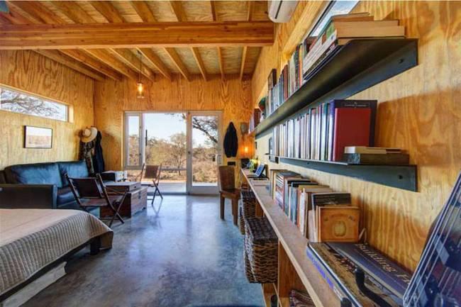 Маленький недорогой деревянный дом в США: книжные полки