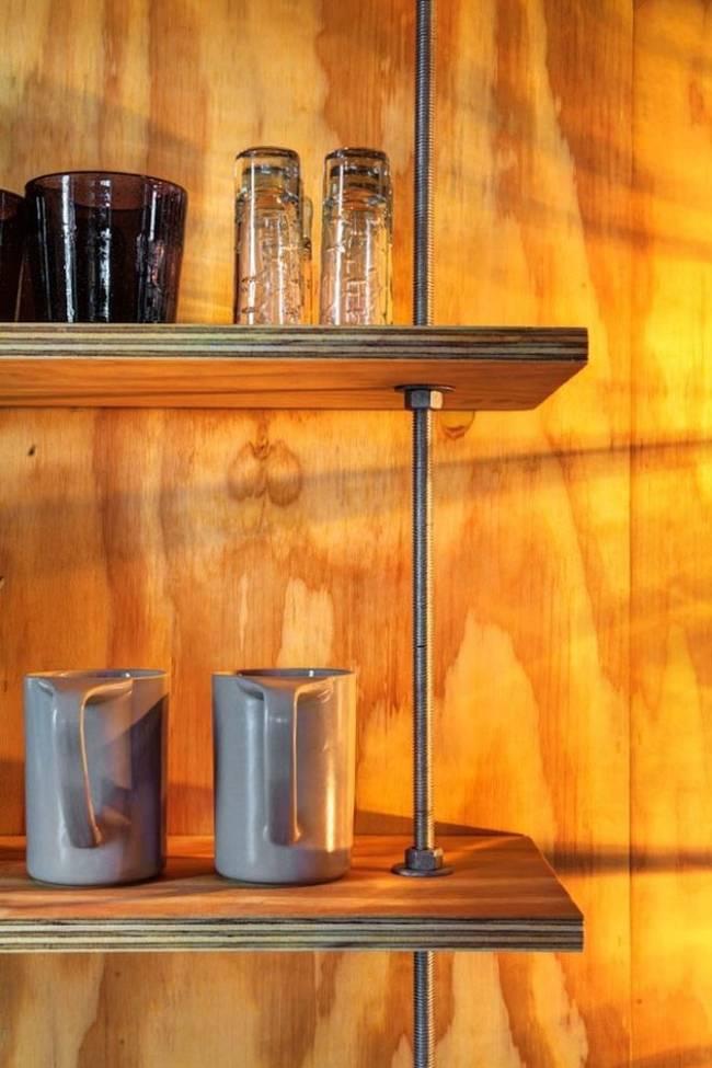 Маленький недорогой деревянный дом в США: металлические пруты