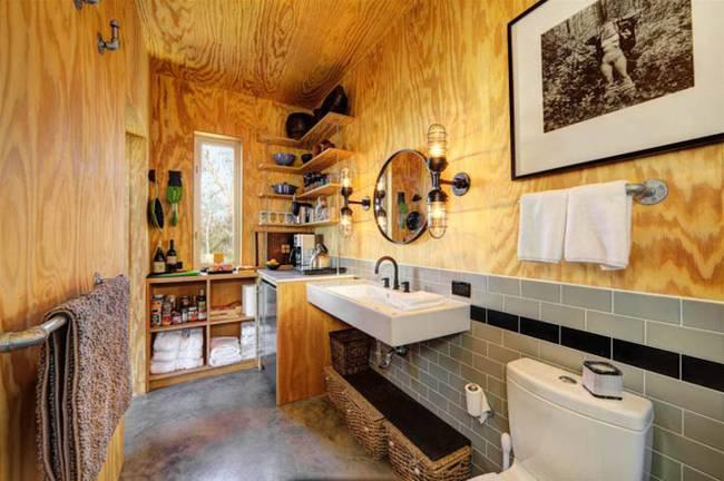 Маленький недорогой деревянный дом в США: туалет и кухня