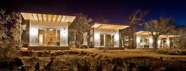 Маленький недорогой деревянный дом в США: ночью
