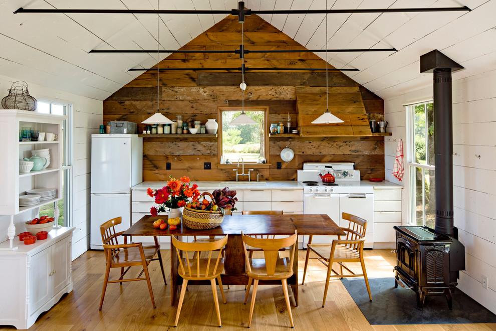 Кухня со столовой в маленьком уютном доме