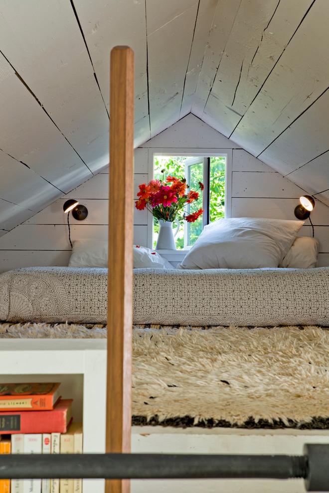 Спальня под потолком в маленьком уютном доме
