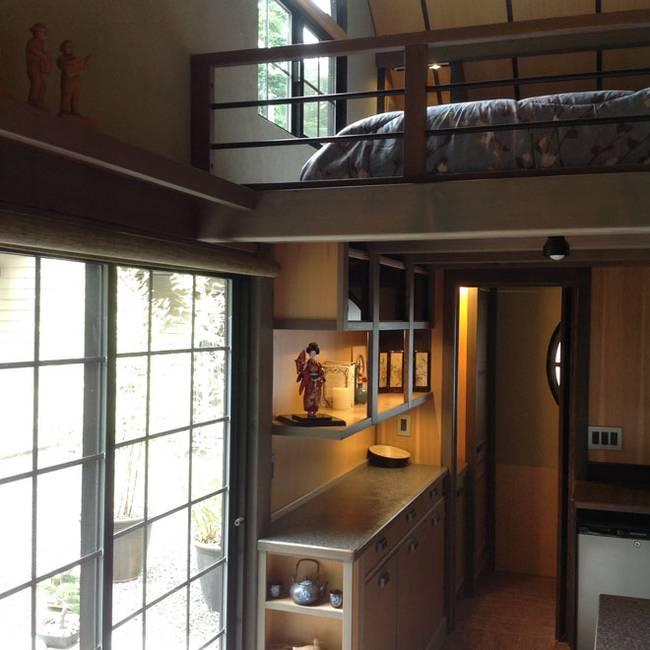 Спальня под потолком в маленьком японском доме